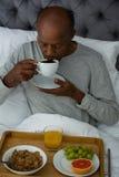 食用的老人早餐,当坐床时 免版税库存图片