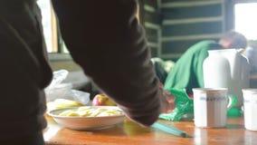 食用的远足者早晨早餐 股票视频