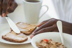 食用的浴巾的人在大阳台的早餐 免版税库存照片