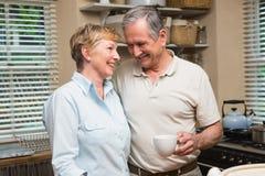 食用资深的夫妇咖啡一起 免版税库存照片