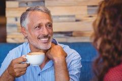 食用逗人喜爱的夫妇咖啡一起 免版税库存照片