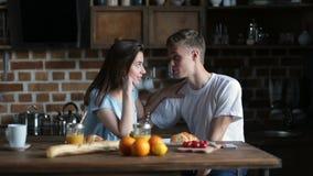 食用逗人喜爱的夫妇早餐一起在家 股票视频