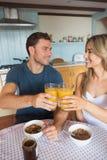 食用逗人喜爱的夫妇早餐一起 免版税库存图片