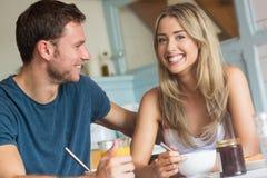 食用逗人喜爱的夫妇早餐一起 免版税图库摄影