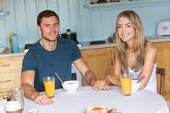 食用逗人喜爱的夫妇早餐一起 图库摄影