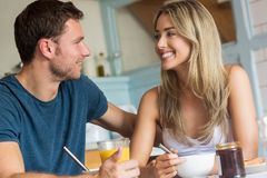 食用逗人喜爱的夫妇早餐一起 库存照片