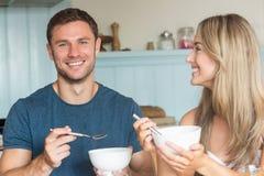 食用逗人喜爱的夫妇谷物早餐 免版税库存图片