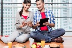 食用年轻印度尼西亚的夫妇早餐 免版税图库摄影
