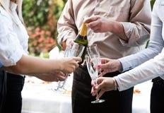 食用年轻的商人与champaing的多士 免版税库存照片