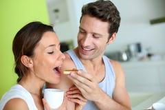 食用年轻的夫妇早餐 库存照片