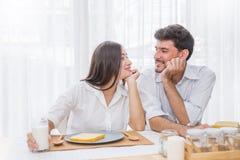 食用年轻美好的夫妇早餐 免版税库存图片