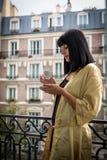 食用Atrractive白种人的浅黑肤色的男人在巴黎的早晨咖啡 免版税库存图片