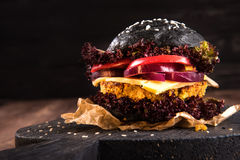 素食者黑暗的汉堡用鸡豆小馅饼 免版税库存图片