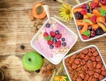 素食膳食-燕麦粥用水果酸牛奶素食主义者食物 免版税库存图片