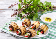 素食茄子劳斯用希腊白软干酪,蕃茄,蓬蒿和 免版税库存图片
