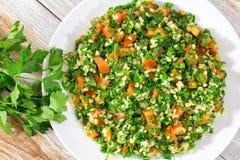 素食荷兰芹,薄菏,春天葱,蕃茄沙拉 免版税库存照片
