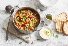 素食蔬菜通心粉汤-可口健康地中海午餐 在一张轻的桌上 库存图片
