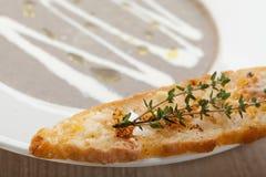 素食蘑菇奶油汤purée用被烘烤的面包乳酪sl 免版税库存照片