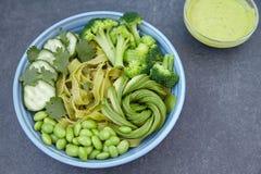 素食面团用黄瓜、硬花甘蓝、鲕梨和edamame 免版税库存图片