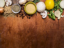 素食食物被捣的核桃,柠檬,蘑菇,菜,边界,地方的葡萄干木土气背景顶视图关闭 免版税库存照片