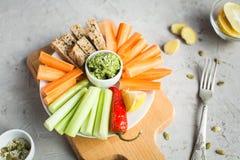 素食主义者健康快餐:鳄梨调味酱捣碎的鳄梨酱,红萝卜,芹菜 免版税库存照片