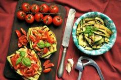素食主义者健康食物用烤夏南瓜和新鲜的蕃茄 免版税库存图片