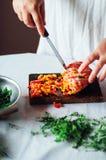 素食主义者和烹调 夫人递裁减绿色菜,准备好 免版税库存图片