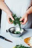 素食主义者和烹调 夫人递裁减绿色菜,准备好 免版税图库摄影