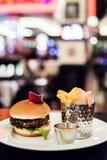 素食主义者在餐馆采蘑菇汉堡 免版税图库摄影