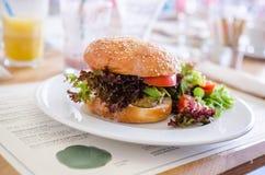 素食主义者奎奴亚藜汉堡在餐馆 免版税库存照片