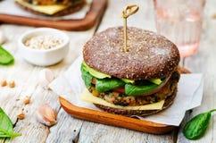 素食主义者奎奴亚藜茄子菠菜鸡豆黑麦汉堡 库存照片
