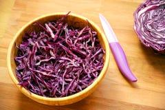 素食主义者未加工的沙拉用在一张木桌上的紫罗兰色圆白菜 图库摄影