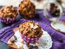 素食主义者松饼用燕麦剥落用葡萄干和坚果 库存照片