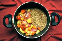 素食主义者汤用扁豆和新鲜,有机菜在平底锅 免版税库存照片