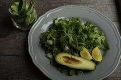 素食主义者沙拉用黄瓜,扁豆,在板材的鲕梨 健康每天吃 免版税库存照片