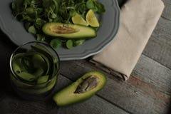 素食主义者沙拉用黄瓜,扁豆,在板材的鲕梨 健康每天吃 免版税图库摄影