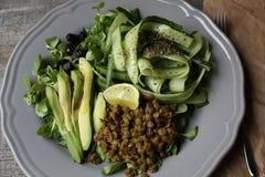 素食主义者沙拉用黄瓜,扁豆,在板材的鲕梨 健康每天吃 免版税库存图片
