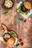 素食主义者烤了茄子、芝麻菜、新芽和pesto汉堡 素食者甜菜和奎奴亚藜汉堡 顶视图,顶上,平的位置 复制空间 免版税库存图片