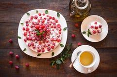 素食主义者莓蛋糕和草本发球区域 库存照片