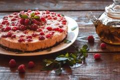 素食主义者莓蛋糕和绿色发球区域 库存图片