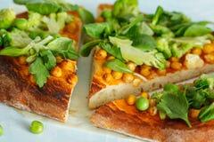 素食主义者薄饼用鸡豆和硬花甘蓝 免版税图库摄影