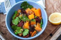 素食主义者装饰 煮沸的白薯用绿豆、香菜和亚麻仁油 免版税库存图片
