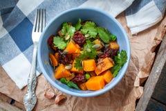 素食主义者装饰 煮沸的白薯用绿豆、香菜和亚麻仁油 免版税库存照片