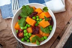 素食主义者装饰 煮沸的白薯用绿豆、香菜和亚麻仁油 库存照片