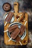 素食主义者香蕉与自创榛子传播的巧克力软糖冰棍儿 乳脂状的牛奶店自由冰流行, nicecream, fudgesicles 免版税库存照片