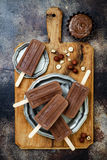 素食主义者香蕉与自创榛子传播的巧克力软糖冰棍儿 乳脂状的牛奶店自由冰流行, nicecream, fudgesicles 免版税库存图片