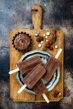 素食主义者香蕉与自创榛子传播的巧克力软糖冰棍儿 乳脂状的牛奶店自由冰流行, nicecream, fudgesicles 库存照片
