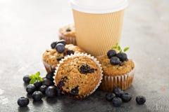 素食主义者香蕉蓝莓松饼用去的咖啡 免版税库存照片