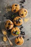 素食主义者香蕉蓝莓松饼 免版税库存图片