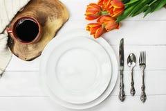 餐位餐具咖啡和郁金香 免版税库存图片
